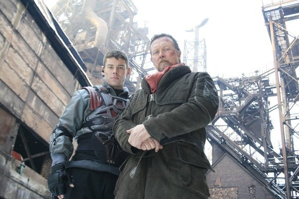 Brian J. Smith und Robert Patrick spielen Jake und Alec Mason im TV-Film Red Faction: Origins.